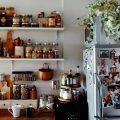 """キッチンは物がいっぱい…でも""""まとまりよく""""見せる収納アイデア"""